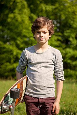 Junge mit Longboard unter dem Arm - p1195m1138117 von Kathrin Brunnhofer