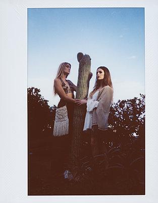 Zwei Frauen und ein Kaktus - p1429m2015700 von Eva-Marlene Etzel