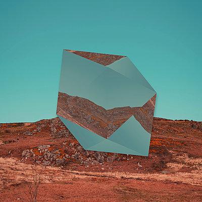 Geometrischer Körper in der Landschaft, Collage  - p1681m2283637 von Juan Alfonso Solis