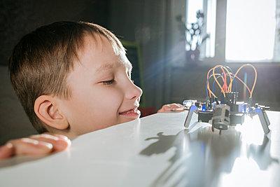 Boy assembling robot at home - p300m2170130 by Ekaterina Yakunina