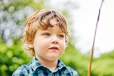 Toddler playing with stick in park - p429m2164655 by GS Visuals