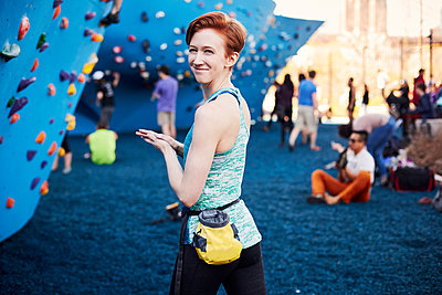 Caucasian woman smiling at outdoor climbing wall - p555m1305451 by Granger Wootz