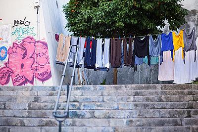 Wäsche trocknen auf der Straße - p795m1532011 von Janklein