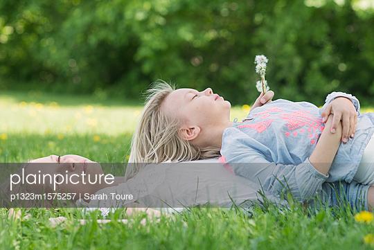 two girls in a field - p1323m1575257 von Sarah Toure