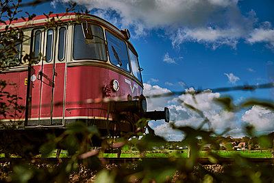 Historische Bahn fährt durch die norddeutsche Moorlandschaft - p227m1503283 von Uwe Nölke