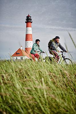 Pärchen mit Trekking-Bikes in Sankt Peter-Ording und am Westerhever Leuchtturm - p300m1416702 von Roger Richter