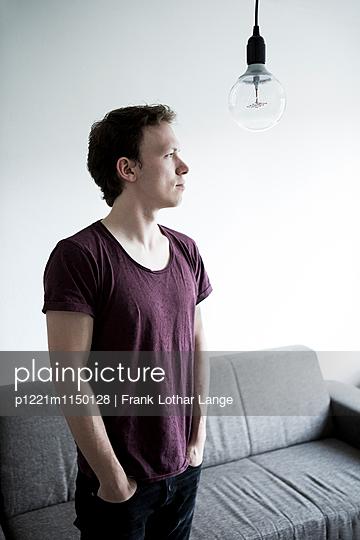 Junger Mann mit Glühbirne - p1221m1150128 von Frank Lothar Lange