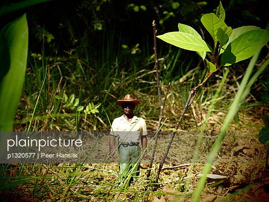 Ranger im hohen Gras - p1320577 von Peer Hanslik