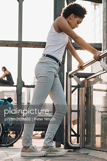 Weiblicher Teenager auf einer Brücke - p728m2038832 von Peter Nitsch