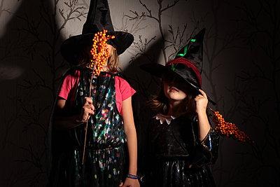 Zwei Mädchen im Hexenkostüm - p1219m1194686 von Alina Gross
