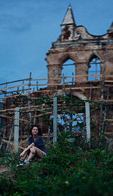 Young woman on a hill in front of a ruin (Trinidad, Cuba) - p1515m2101053 by Daniel K.B. Schmidt