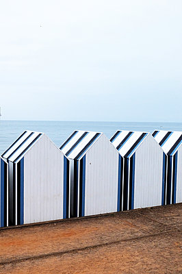 Bathing huts in a row - p1151m1194898 by Laure Ledoux