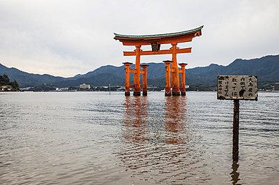 Torii bei Miyajima - p1180m965881 von chillagano