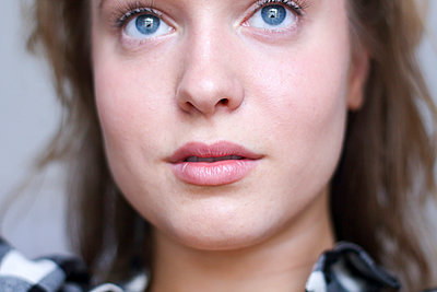 Blaue Augen - p755m982345 von Henrik Pfeifer