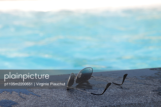 Sunnglasses by the pool - p1105m2200651 by Virginie Plauchut