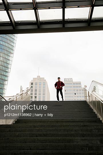 Junger Mann auf der Treppe - p1212m1138962 von harry + lidy