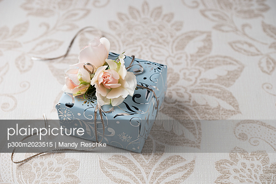 Wrapped present with rose blossoms - p300m2023515 von Mandy Reschke