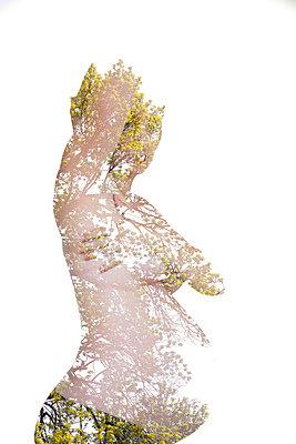 Collage mit schwangerer Frau - p756m854976 von Bénédicte Lassalle