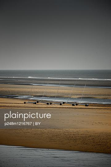Strandsegler in der Normandie - p248m1216767 von BY