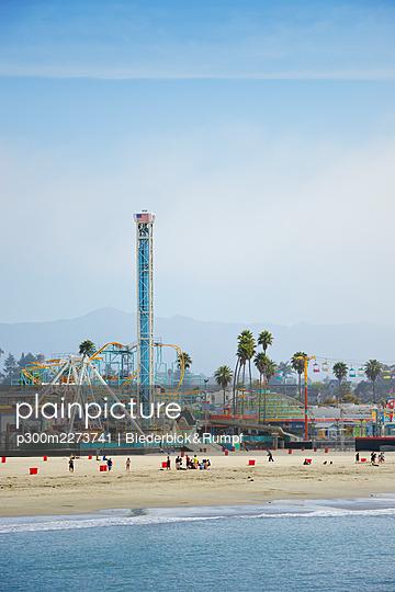 USA, California, Santa Cruz, Amusement park on sandy beach seen from Municipal Wharf - p300m2273741 by Biederbick&Rumpf