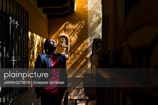 Valencia, Spain. Man with his eyes closed. - p300m2275016 von Ezequiel Giménez