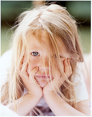 Little girl with long blond hair - p1258m1491664 by Peter Hamel