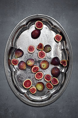 Fresh organic figs on silver tray - p300m2041785 by Canan Czemmel