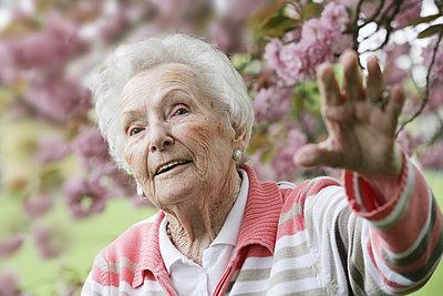 Germany, North Rhine Westphalia, Cologne, Senior woman in park, looking away - p300m2213777 by Jan Tepass