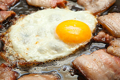 Fried egg and bacon - p324m769847 by Alexander Sommer