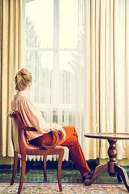 Blonde Frau am Fenster - p904m1133669 von Stefanie Päffgen