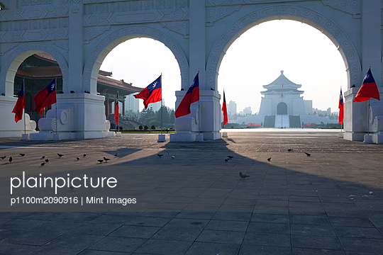 Gateway to Chiang Kai-shek Memorial Hall - p1100m2090916 by Mint Images
