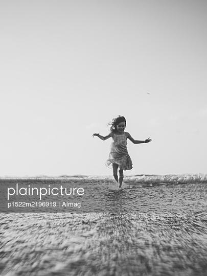Spanien, Kleines Mädchen läuft im Meer - p1522m2196919 von Almag