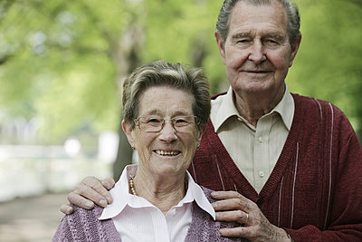 Germany, Cologne, Portrait of senior couple in park, smiling - p300m2207227 by Jan Tepass