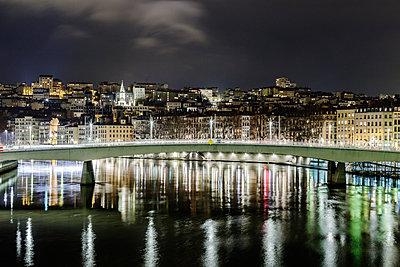 Lyon mit Saone Brücke in der Nacht - p910m1467693 von Philippe Lesprit