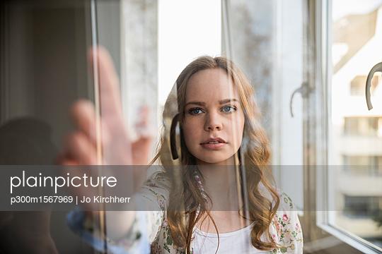 Portrait of teenage girl using futuristic portable device - p300m1567969 by Jo Kirchherr