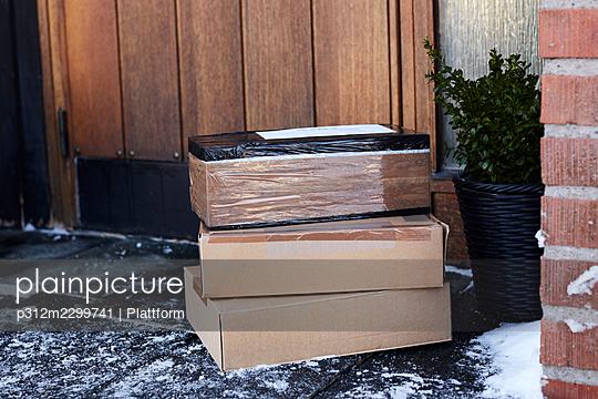 Parcels in front of house door - p312m2299741 by Plattform