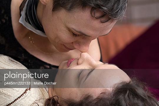 Lesbian couple - p445m1222133 by Marie Docher