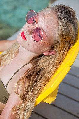 Schöne Frau sonnt sich entspannt - p045m1590322 von Jasmin Sander
