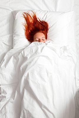 Im Bett bleiben - p249m1092794 von Ute Mans