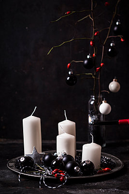 Advent decoration with white candles and black baubles - p300m2013036 von Susan Brooks-Dammann