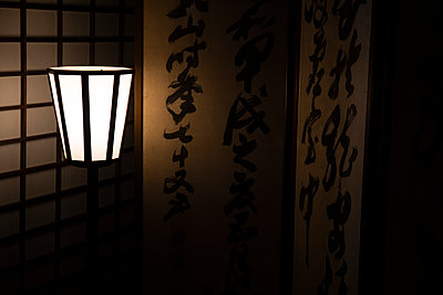 Japan, Kyoto Prefecture, Kyoto, Japanese lantern glowing at night - p300m2166132 by Andrés Benitez