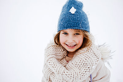 Cute smiling girl in knitted warm clothing during winter - p300m2256176 by Katharina Mikhrin