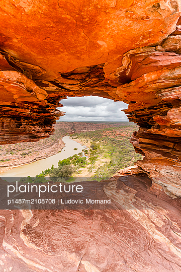 Looking to the horizon through a red rock at Kalbarri National Park - p1487m2108708 by Ludovic Mornand