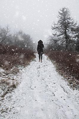 Spaziergang im Winter - p470m1059313 von Ingrid Michel
