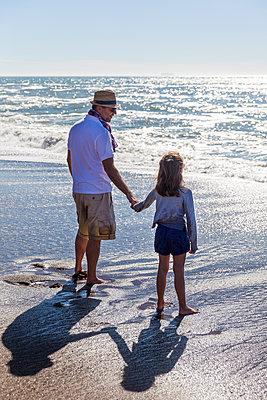 Vater und Tocher am Meer - p756m1181605 von Bénédicte Lassalle