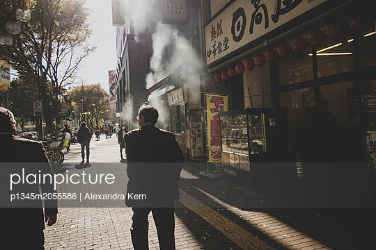 Straße in Tokio - p1345m2055586 von Alexandra Kern