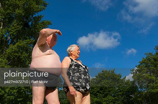 Älteres Paar im Freibad - p427m972710 von R. Mohr