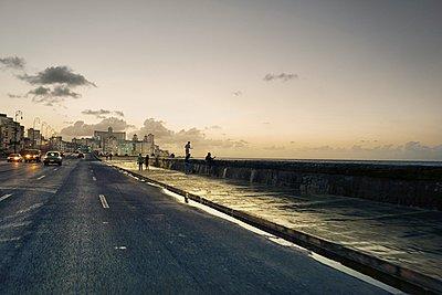 Promenade in Havana - p1171m1461930 by SimonPuschmann