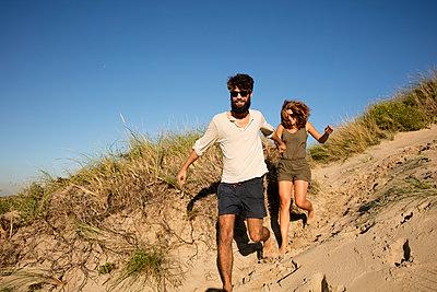 Junges Paar den in Dünen - p1212m1168678 von harry + lidy