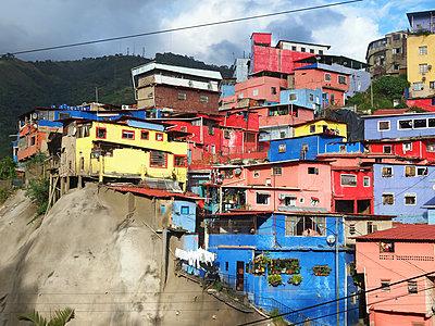 Bunte Häuser in Südamerika - p338m1355486 von Marion Beckhäuser